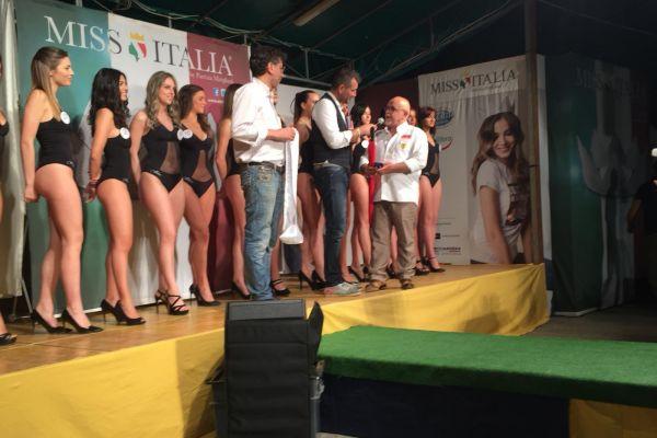 Il Presidente Enio Turrini consegna i gadget del Club